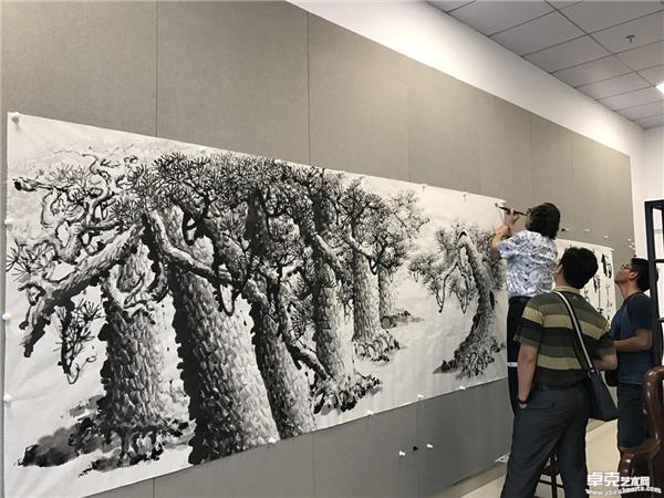 张省教授现场创作巨幅松树图